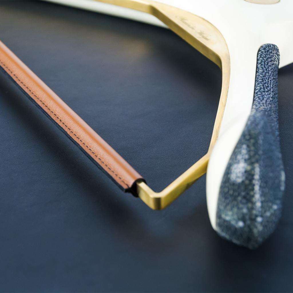Le Cintre W : Cintre luxe gainé de cuir de veau pleine fleur et de galuchat - luxury hanger sheathed with cognac calfskin and black shagreen