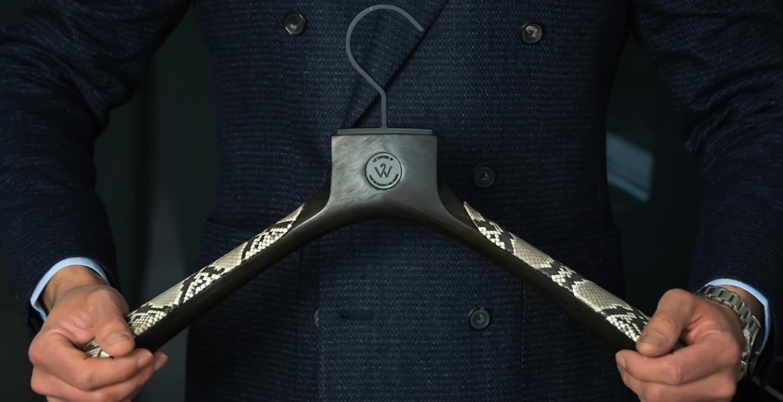 Le Cintre W - Cintre veste en bois d'ébène, cuir de python et crochet en laiton finition noir prestige - lecintreW hanger in ebony hardwood, python leather and brass with prestige black treatment
